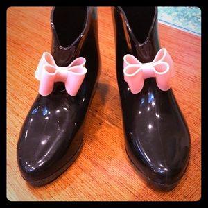 Capelli NY women's black rubber rain boots w/ bow